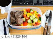 Купить «Питание на рабочем месте. Обед на рабочем столе», фото № 7326164, снято 17 февраля 2019 г. (c) Сергей Петерман / Фотобанк Лори