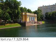 Купить «Павильон на берегу Патриаршего пруда в Москве», эксклюзивное фото № 7329864, снято 28 июня 2009 г. (c) lana1501 / Фотобанк Лори