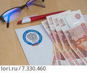 Купить «Письмо из налоговой и деньги», эксклюзивное фото № 7330460, снято 15 августа 2018 г. (c) Екатерина Тимонова / Фотобанк Лори