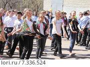 Дети танцуют во время флешмоба во дворе школы (2015 год). Редакционное фото, фотограф Копылова Ольга Васильевна / Фотобанк Лори