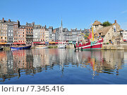 Купить «Honfleur harbour in Normandy France. Color houses and their reflection in water.», фото № 7345416, снято 15 августа 2018 г. (c) BE&W Photo / Фотобанк Лори