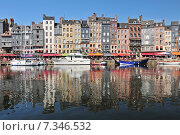 Купить «Honfleur harbour in Normandy France. Color houses and their reflection in water.», фото № 7346532, снято 15 августа 2018 г. (c) BE&W Photo / Фотобанк Лори
