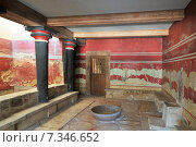 The hall of the throne in the Minoan Palace of Knossos, Heraklion, Crete, Greece. Редакционное фото, агентство BE&W Photo / Фотобанк Лори