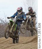 Два мотогонщика (2011 год). Редакционное фото, фотограф Юрий Артюх / Фотобанк Лори