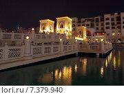 Купить «Люди стоят на пешеходнрм мост в Souk Al Bahar и смотрят музыкально-фонтанное шоу в центре г. Дубай, рядом с Бурдж Халифа, ОАЭ», фото № 7379940, снято 30 октября 2014 г. (c) SevenOne / Фотобанк Лори