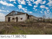 Купить «Старый заброшенный коровник», фото № 7380752, снято 1 мая 2015 г. (c) Ткач Александр / Фотобанк Лори