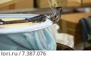 Купить «Вязальная машина вяжет синюю детскую шапочку. Крупный план», видеоролик № 7387076, снято 18 июня 2013 г. (c) Гурьянов Андрей / Фотобанк Лори
