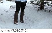 Купить «Женщина с одетыми на ноги валенками идет по тропинке мимо сосны, зима», видеоролик № 7390716, снято 11 февраля 2015 г. (c) Кекяляйнен Андрей / Фотобанк Лори