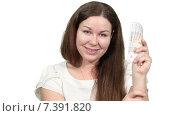 Купить «Улыбающаяся женщина держит пачку российских рублей в руке и смотрит в камеру, белый изолированный фон», видеоролик № 7391820, снято 5 марта 2015 г. (c) Кекяляйнен Андрей / Фотобанк Лори