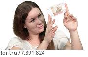Купить «Довольная симпатичная женщина рассматривает купюру в сто рублей, белый изолированный фон», видеоролик № 7391824, снято 5 марта 2015 г. (c) Кекяляйнен Андрей / Фотобанк Лори