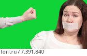 Купить «Жертва насилия, женщине с заклеенным ртом показывают кулак, зеленый изолированный фон», видеоролик № 7391840, снято 5 марта 2015 г. (c) Кекяляйнен Андрей / Фотобанк Лори