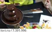 Шоколадный фонтан с жидким шоколадом для порезанных дольками фруктов. Стоковое видео, видеограф Кекяляйнен Андрей / Фотобанк Лори