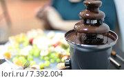 Шоколадный фонтан с фруктами на тарелке, крупный план. Стоковое видео, видеограф Кекяляйнен Андрей / Фотобанк Лори
