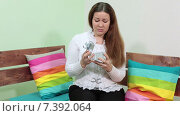 Купить «Девушка расстроена подарком в коробке на день Святого Валентина», видеоролик № 7392064, снято 16 февраля 2015 г. (c) Кекяляйнен Андрей / Фотобанк Лори