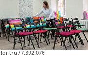 Купить «Женщина расставляет стулья в ряды для проведения семинара», видеоролик № 7392076, снято 15 февраля 2015 г. (c) Кекяляйнен Андрей / Фотобанк Лори