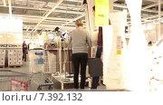 Покупатели в магазине Икеа, торговый зал с выставкой мебели в интерьере (2015 год). Редакционное видео, видеограф Кекяляйнен Андрей / Фотобанк Лори