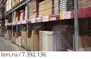 Картонные коробки с упакованной мебелью и фурнитурой на складе в торговом зале (2015 год). Редакционное видео, видеограф Кекяляйнен Андрей / Фотобанк Лори
