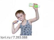 Мальчик чистит зубы держа тюбик с пастой в руке. Стоковое фото, фотограф Александр Симонов / Фотобанк Лори