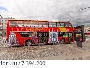 Купить «Всемирно известный красный двухэтажный экскурсионный автобус на улице Казани, Республика Татарстан», фото № 7394200, снято 18 апреля 2015 г. (c) Иван Марчук / Фотобанк Лори