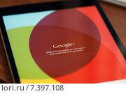 Купить «Логотип Google plus на экране планшета», фото № 7397108, снято 27 апреля 2015 г. (c) Александр Лычагин / Фотобанк Лори