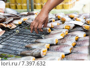 Купить «close up of hand taking fish at street market», фото № 7397632, снято 7 февраля 2015 г. (c) Syda Productions / Фотобанк Лори