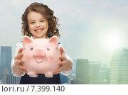 Купить «happy girl holding piggy bank», фото № 7399140, снято 20 января 2013 г. (c) Syda Productions / Фотобанк Лори