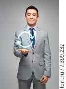 happy businessman in suit showing circle arrow. Стоковое фото, фотограф Syda Productions / Фотобанк Лори