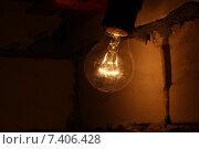Тусклый свет лампы накаливания, на фоне кирпичной стены. Стоковое фото, фотограф Веснинов Янис / Фотобанк Лори