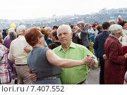 Пожилые люди танцуют на площади в День победы (2015 год). Редакционное фото, фотограф Момотюк Сергей / Фотобанк Лори