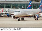 Купить «Airbus A320-214 (VP-BNL, A.Suvorov) выезжает на рулёжную дорожку в аэропорту Шереметьево», эксклюзивное фото № 7407684, снято 15 апреля 2015 г. (c) Константин Косов / Фотобанк Лори