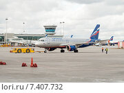 Купить «Транспортировка Airbus A320-214 (VP-BZP, E.Habarov) в аэропорту Шереметьево», эксклюзивное фото № 7407732, снято 15 апреля 2015 г. (c) Константин Косов / Фотобанк Лори