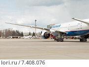 Купить «Двигатель под крылом Boeing 777-200ER (VQ-BNU) в аэропорту Шереметьево», эксклюзивное фото № 7408076, снято 15 апреля 2015 г. (c) Константин Косов / Фотобанк Лори