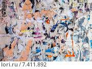 Купить «Стена с обрывками старых бумажных объявлений в качестве фона», фото № 7411892, снято 22 июля 2018 г. (c) FotograFF / Фотобанк Лори