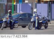 Купить «Патрульные инспекторы дорожно-постовой службы (ДПС) на мотоциклах на улице Москвы», фото № 7423984, снято 8 мая 2015 г. (c) Александр Замараев / Фотобанк Лори