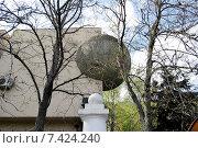 Купить «Каменный шар. Фрагмент дома на проспекте Вернадского. Москва», эксклюзивное фото № 7424240, снято 2 мая 2015 г. (c) Илюхина Наталья / Фотобанк Лори