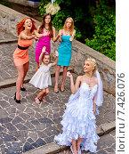 Bride throwing bouquet. Стоковое фото, фотограф Gennadiy Poznyakov / Фотобанк Лори