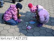 Две девочки рисуют мелками на улице (2015 год). Редакционное фото, фотограф Николай Новиков / Фотобанк Лори