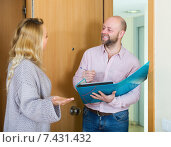 Woman answer questions of worker. Стоковое фото, фотограф Яков Филимонов / Фотобанк Лори