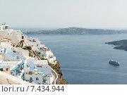 Дома и гостиницы на Санторини с видом на кальдеру и круизный корабль, Греция (2014 год). Стоковое фото, фотограф Наталия Елсукова / Фотобанк Лори