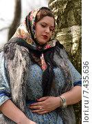 Купить «Полная девушка в платке рядом с березой», фото № 7435636, снято 28 апреля 2015 г. (c) Ивашков Александр / Фотобанк Лори