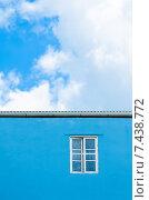 Купить «Окно на голубой стене», фото № 7438772, снято 7 июня 2014 г. (c) Александр Подшивалов / Фотобанк Лори