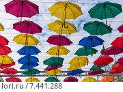 Парящие зонтики в Соляном переулке Санкт-Петербурга (2015 год). Стоковое фото, фотограф Слободинская Надежда / Фотобанк Лори