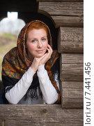 Купить «Девушка, женщина, славянской внешности с рыжими волосами, в черном платке, смотрит прямо», эксклюзивное фото № 7441456, снято 15 августа 2018 г. (c) Екатерина Тимонова / Фотобанк Лори
