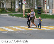 Купить «Город Дубна, женщина с двумя детьми переходит дорогу», эксклюзивное фото № 7444856, снято 9 мая 2015 г. (c) Dmitry29 / Фотобанк Лори