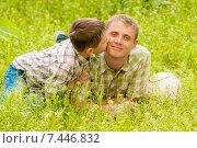 Отец и мальчик отдыхают на природе летом. Стоковое фото, фотограф Евгения Устиновская / Фотобанк Лори