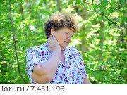 Купить «У пожилой женщины болит шея», фото № 7451196, снято 8 мая 2015 г. (c) Володина Ольга / Фотобанк Лори