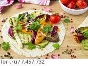 Купить «Тонкая лепешка тортилья с овощами, поджаренными на гриле», фото № 7457732, снято 20 мая 2015 г. (c) Виктория Панченко / Фотобанк Лори