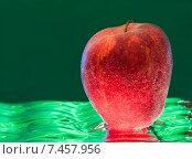 Купить «Яблоко опущенное в воду», фото № 7457956, снято 24 февраля 2015 г. (c) Литвяк Игорь / Фотобанк Лори