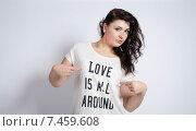 Девушка в футболке с надписью Love is all around. Стоковое фото, фотограф Эллина Туровская / Фотобанк Лори