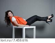 Девушка полулежит на стуле. Стоковое фото, фотограф Эллина Туровская / Фотобанк Лори
